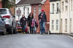 Fans van Exeter City lopen naar het stadion