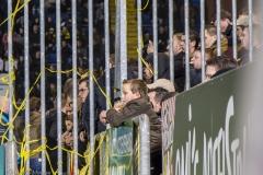 De fans kijken in spanning toe