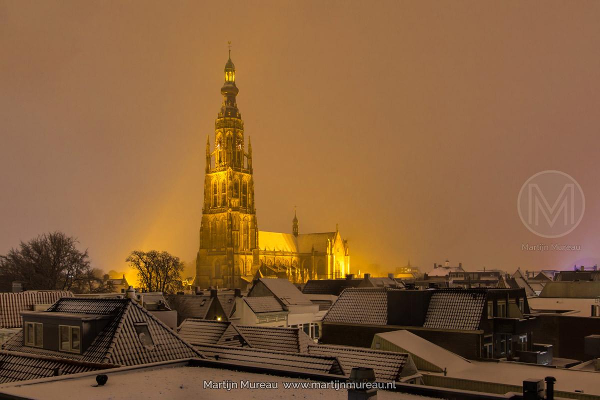 De Grote Kerk tijdens een sneeuwbui