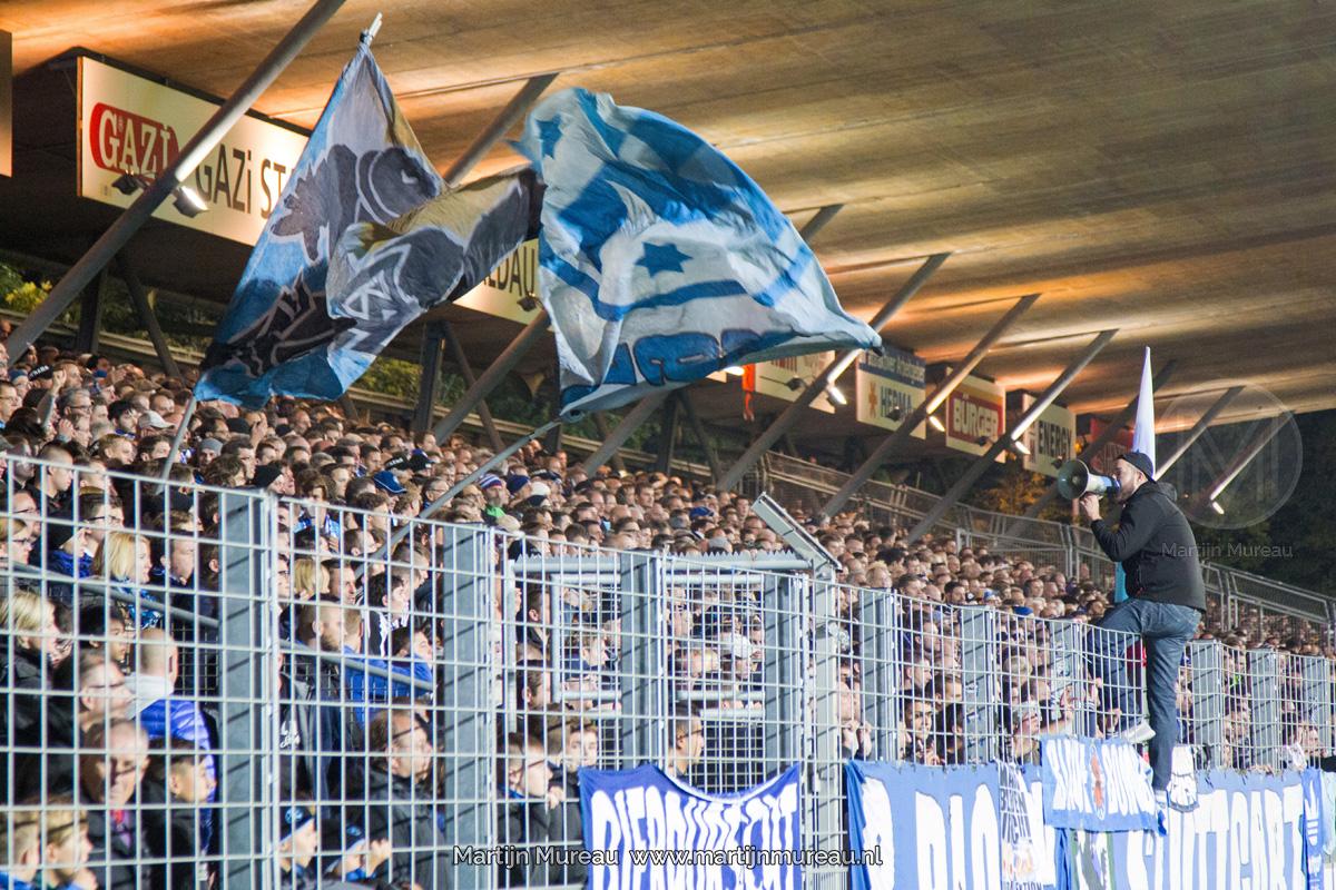 De fanatieke fans van Stuttgart Kickers steunen hun team in de thuiswedstrijd tegen Dynamo Dresden