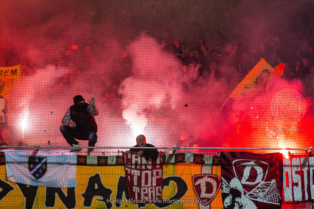 Fans van Dynamo Dresden ontsteken vuurwerk in de uitwedstrijd tegen Stuttgart Kickers