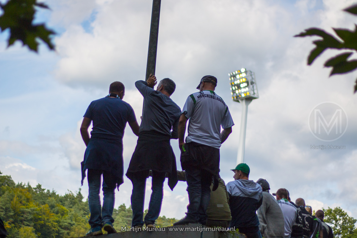 Fans van Borussia Mönchengladbach proberen een uitwedstrijd van hun team te kijken