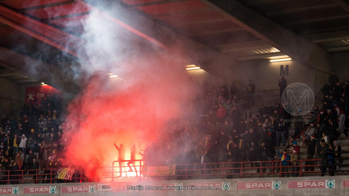 Fans van Royale Union Saint-Gilloise ontsteken vuurwerk in de Brusselse derby tegen RWDM