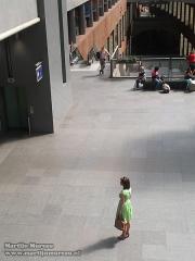 Wachtende vrouw op Antwerpen Centraal