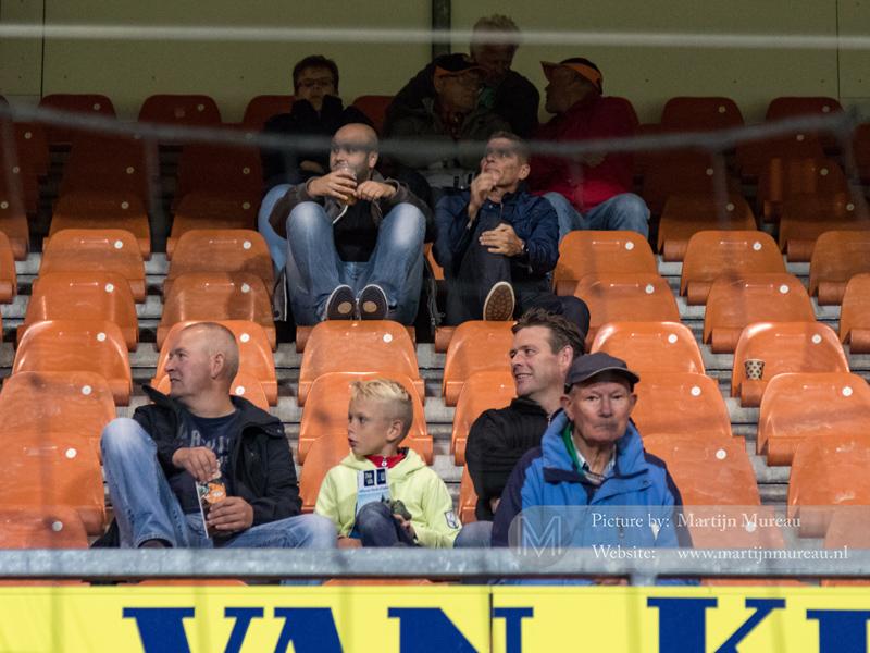 FC Volendam-fans kijken met een glimlach naar het vak met NAC-fans
