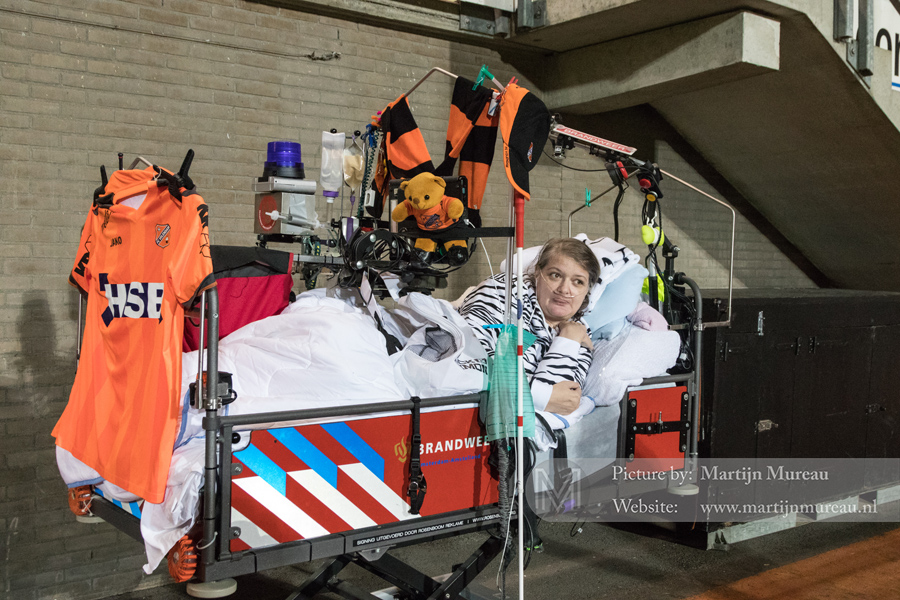 Deze mevrouw bezoekt de wedstrijden van FC Volendam met haar ziektebed