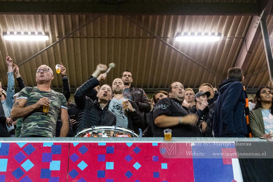 Fans van Volendam kijken met spanning naar de wedstrijd