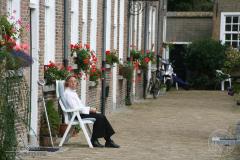 Een oude dame in het Bredase Begijnhof