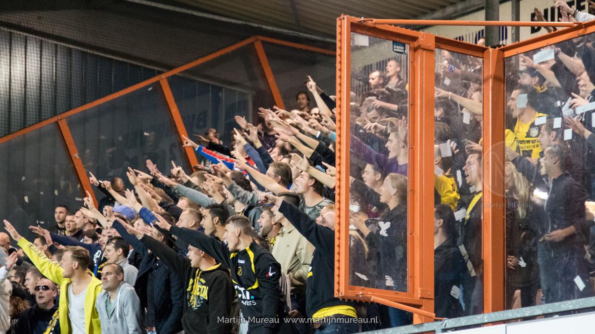 NAC fans ondersteunen hun ploeg in de uitwedstrijd tegen FC Volendam