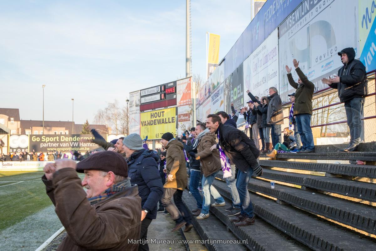 Fans van Beerschot-Wilrijk vieren een doelpunt in de uitwedstrijd tegen Hamme