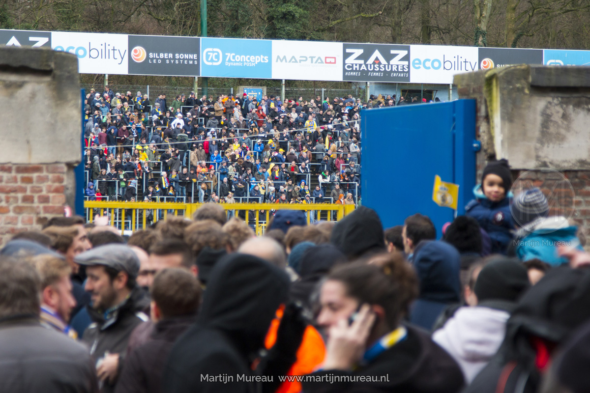 Fans van Royale Union Saint-Gilloise betreden het Stade Joseph Mariën, vlak voor de Brusselse derby tegen RWDM