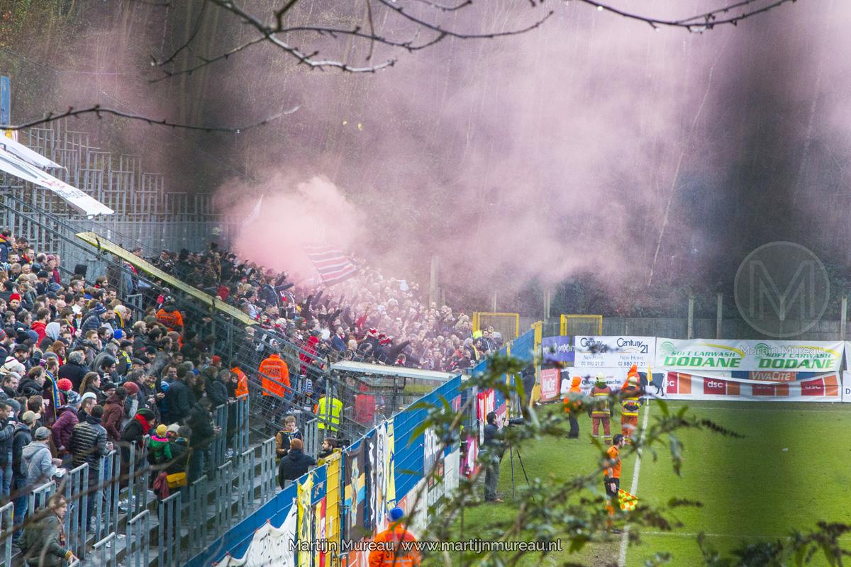 RWDM fans vieren feest, nadat hun team de leiding neemt in de Brusselse derby tegen RUSG