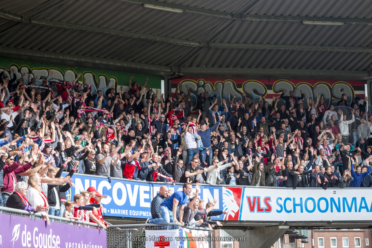 De fanatieke Sparta fans vieren de overwinning van hun team
