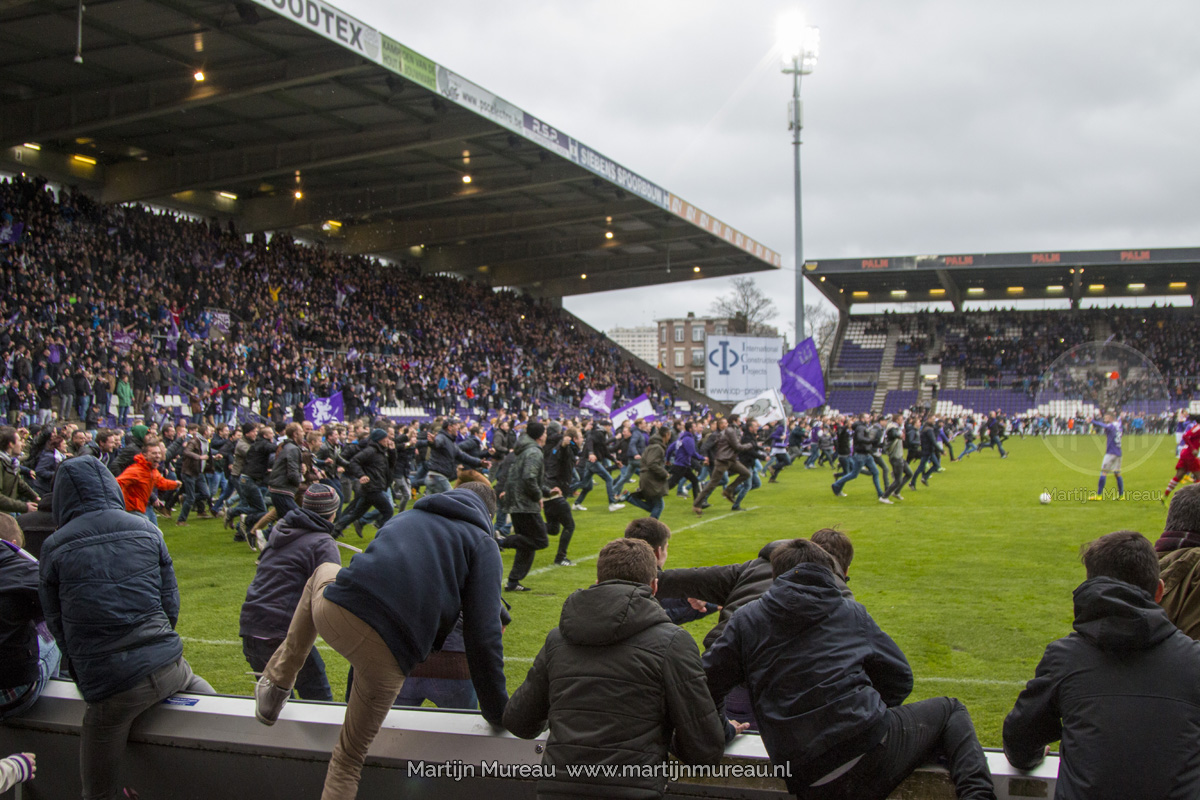 Beerschot-Wilrijk fans rennen van blijdschap het veld op, nadat hun team kampioen is geworden