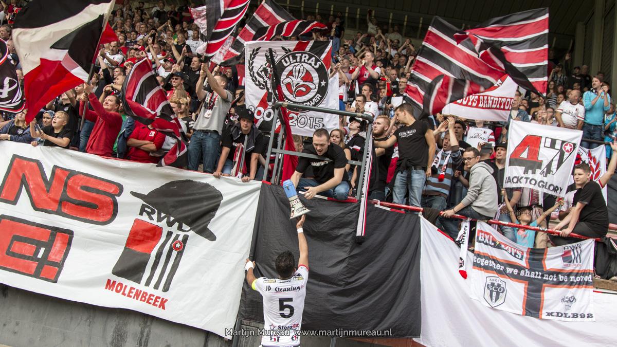 Spelers en fans van RWDM vieren een overwinning