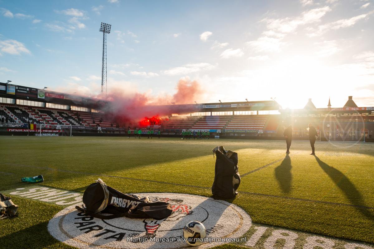 Fans van Sparta steunen hun spelers tijdens de laatste training voorafgaand aan de wedstrijd tegen Feyenoord