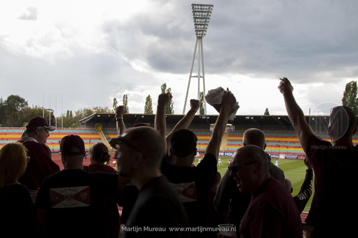 Fans van BFC Dynamo Berlin vieren feest, nadat hun team heeft gescoord