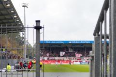 Fans van Sankt Pauli ondersteunen hun team in de uitwedstrijd tegen SV Sandhausen